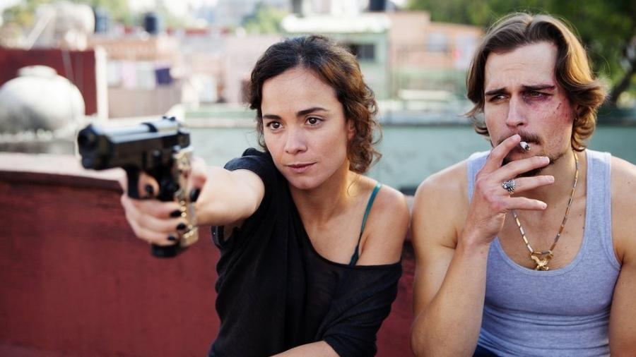 """Alice Braga e Jon-Michael Ecker em cena de """"A Rainha do Sul"""" - Benedicte Desrus/USA Network"""