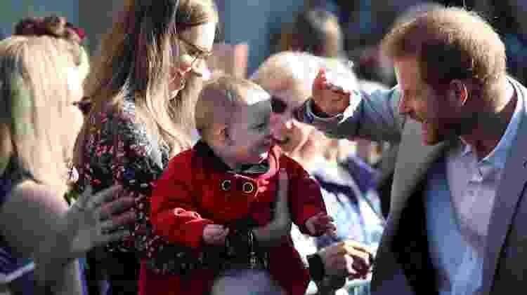 Príncipe Harry dá carinho a bebê - Getty Images - Getty Images