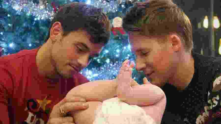 Tom Daley, o filho Robert e o marido, Dustin - Reprodução/Instagram