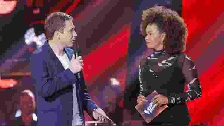 Tiago Leifert e Jennifer Nascimento em gravação da oitava temporada do The Voice Brasil - Globo/ Victor Pollak