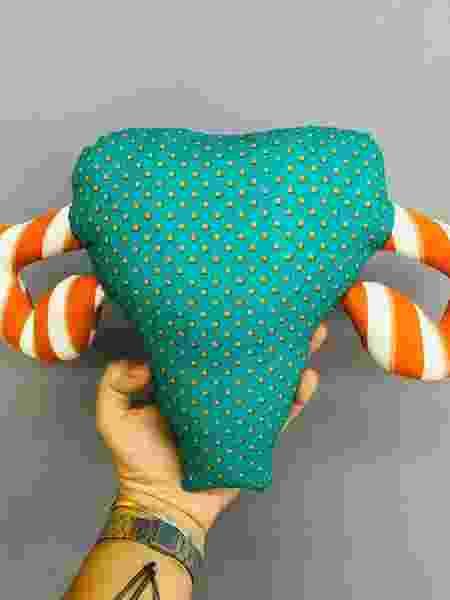 Almofada no formato de útero é usada para mostrar o corpo feminino de jeito didático - Divulgação/Aos 30 Casa & Crochet