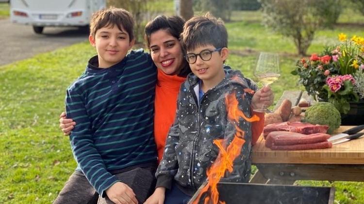 Ana Luiza com os filhos: saudades do Brasil amenizada é amenizada com feijoada - Arquivo pessoal