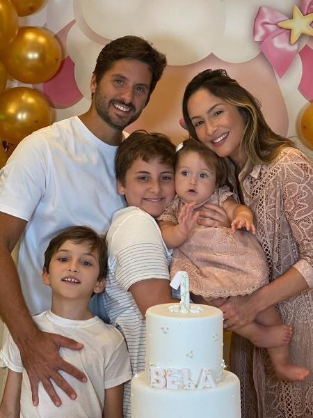 Claudia Leitte posa ao lado da família em aniversário de Bela - Reprodução/Instagram @claudialeitte