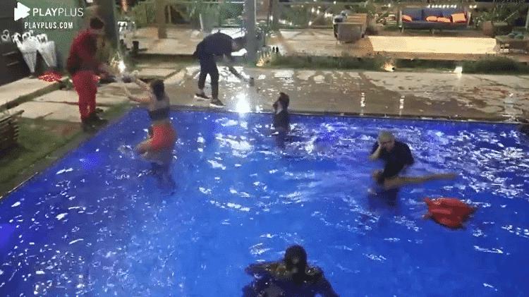 """Peões curtem piscina após fim da festa shippados em """"A Fazenda 2020"""" - Reprodução/PlayPlus - Reprodução/PlayPlus"""