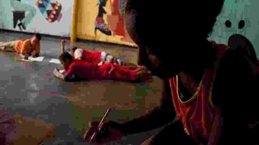 Garota participa de oficina de contação de histórias da organização Grãos de Luz e Griô, na cidade de Lençóis, na Chapada Diamantina (BA) - Inês Calixto/Folhapress