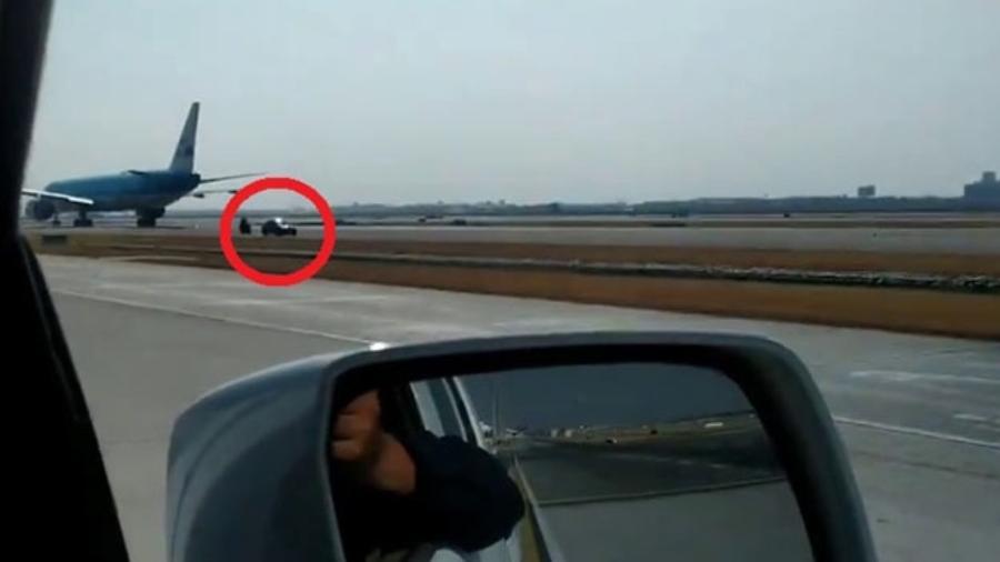 Carro invade aeroporto na Tailândia - Divulgação