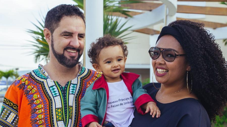 A publicitária e criadora de conteúdo Deh Bastos com o filho, José, agora com 2 anos e 10 meses, e o marido, o engenheiro Anderson Prado - Divulgação