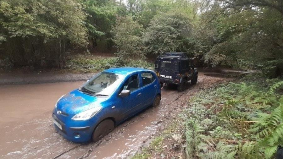 Hyundai i10 fica parado em lamaçal - Reprodução