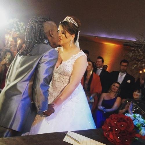 6.jul.2015 - Neném e Thaís Baptista se beijam após terem o casamento oficializado por um juíz em festa para 250 convidados em São Paulo