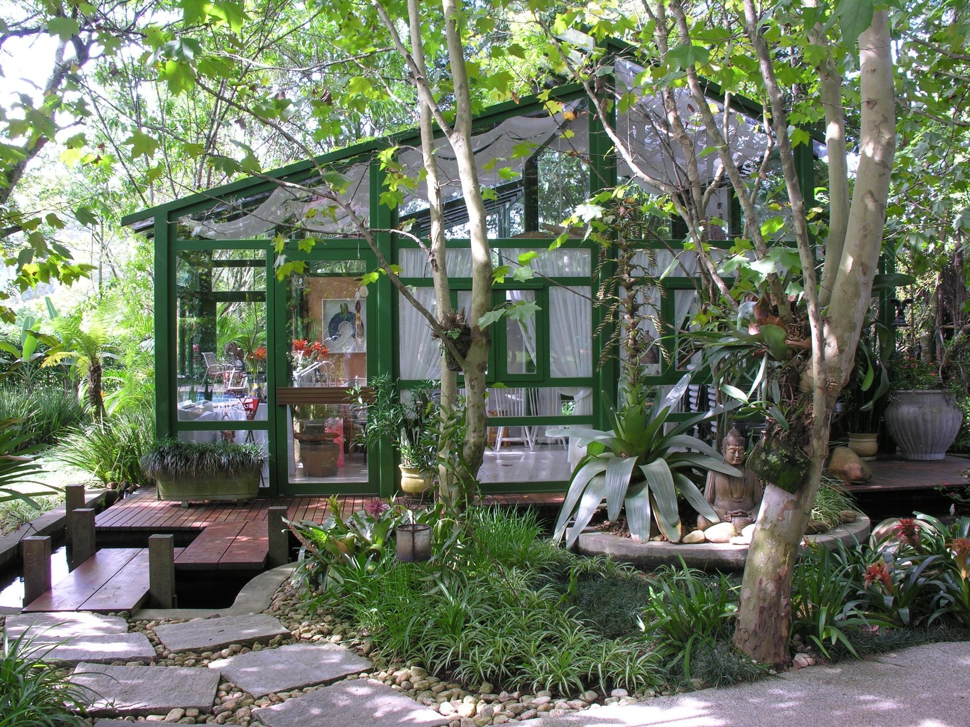Em uma casa de Alphaville, na Grande São Paulo, o paisagista João Jadão projetou um gazebo envidraçado. A construção leve e luminosa serve de abrigo para a prática da pintura e do relaxamento. As árvores (plátanos) eram originais do local e foram mantidas. Para complementar o paisagismo, Jadão usou bromélias imperiais, clorofitos e grama preta, formando um jardim verdejante