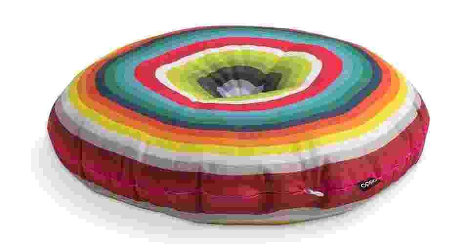 Com cores vibrantes, o futon Baluarte Hipnose pode ser utilizado como assento ou almofada. A peça possui 5 cm de altura e é confeccionada com algodão reciclado, revestido por sarja 100% poliéster. À venda na Oppa (www.oppa.com.br) - Divulgação