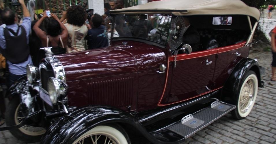 6.dez.2015 - O carro que levou a noiva Sophie Charlotte a Niterói, no Rio de Janeiro, onde ocorre a cerimônia