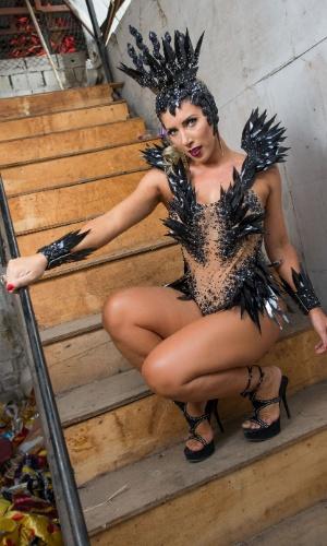 Rainha de Bateria da Gaviões da Fiel desde 2009, Tati Minerato mostra que é da fiel em ensaio exclusivo para o UOL Carnaval no barracão da Escola de Samba, zona norte da capital