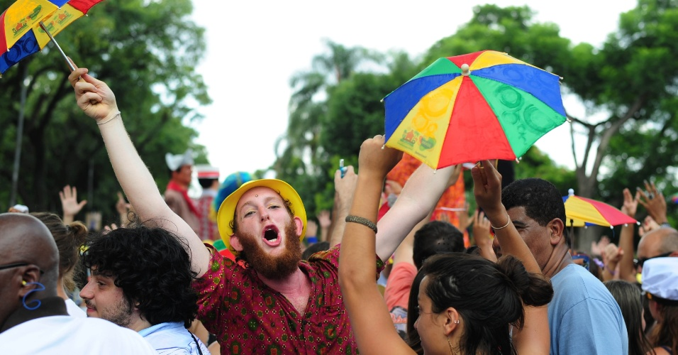 30.jan.2016 - Foliões aproveitam a tarde no bloco Bicho Maluco Beleza, comandado por Alceu Valença e Fafá de Belém, em São Paulo.