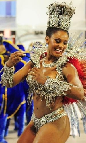7.fev.2016 - Camila Silva carrega as cores da França em sua fantasia. A atual campeã do Carnaval paulista homenageou a França em seu enredo.