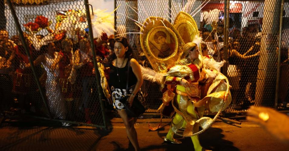 07.fev.2016 - Foliões circulam na dispersão da Sapucaí na noite de domingo (7)