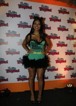 8.fev.2015 - Decotada e vestida de gatinha, Letícia Lima curte desfiles da Marquês de Sapucaí de camarote