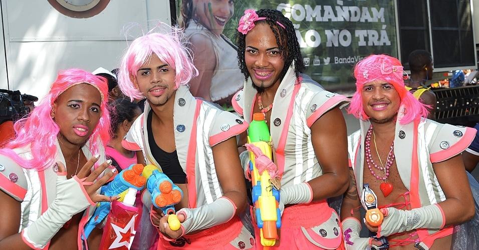 8.fev.2016 - No tradicional bloco As Muquiranas, homens capricham na fantasia e na maquiagem para pular o Carnaval