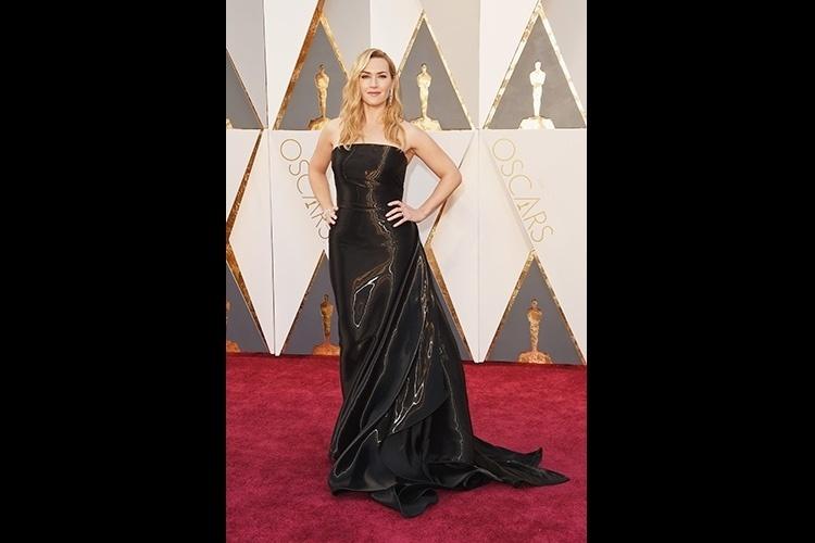 d946d1893c 28.fev.2016 - Kate Winslet usa um vestido longo Ralph Lauren com um
