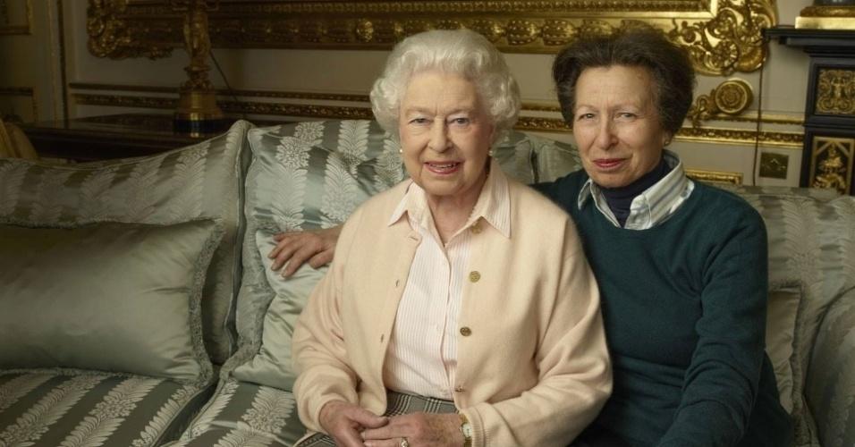 20.abr.2016 - Elizabeth 2ª e sua filha Anne posam juntos em foto comemorativa dos 90 anos da rainha