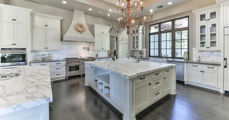 A cozinha da mansão que Britney Spears colocou à venda por R$ 32 milhões, na Califórnia (EUA), é clara e espaçosa. Os móveis brancos planejados têm um ar campestre e as tampas de mármore polido chamam a atenção nas bancadas e na ilha de cocção