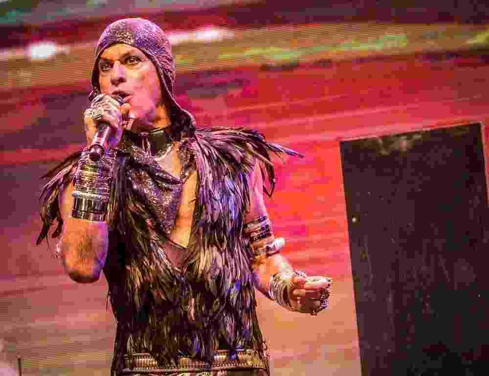 """21.mai.2016 - O cantor Ney Matogrosso abriu o show no palco Júlio Prestes, na Virada Cultural, com """"Rua da Passagem"""" e """"Incêndio""""; uma hora antes, na passagem de som, o artista tocou 4 músicas. A apresentação é baseada no último álbum, """"Atento Aos Sinais"""", de 2013. - Francisco Cepeda/AgNews"""