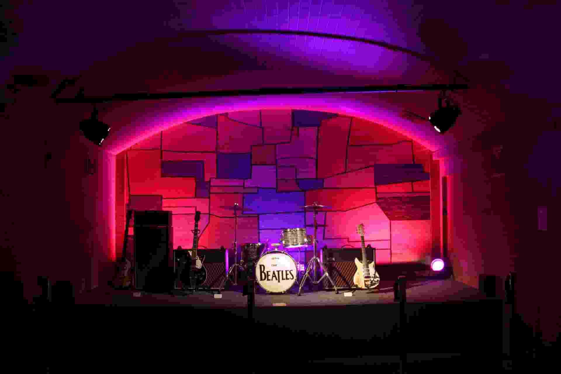 Cenário recria o Cavern Club, palco das primeiras apresentações dos Beatles, em Liverpool - Divulgação