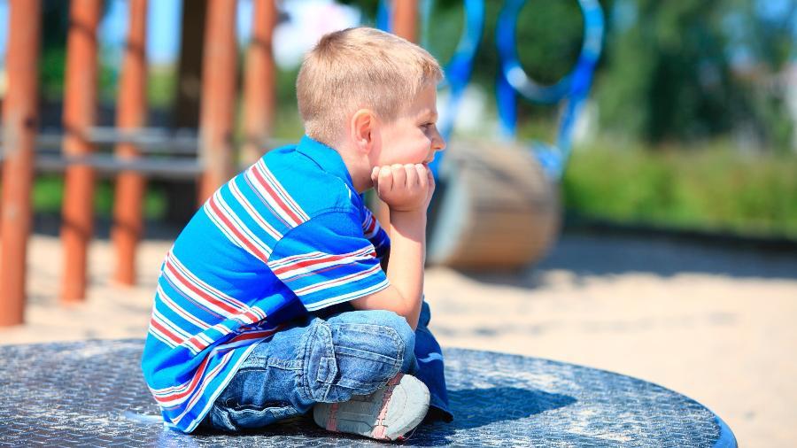 Evite ao máximo sentir pena da criança se ela for deixada de fora de uma brincadeira; em vez disso, ajude-a a se integrar - Getty Images