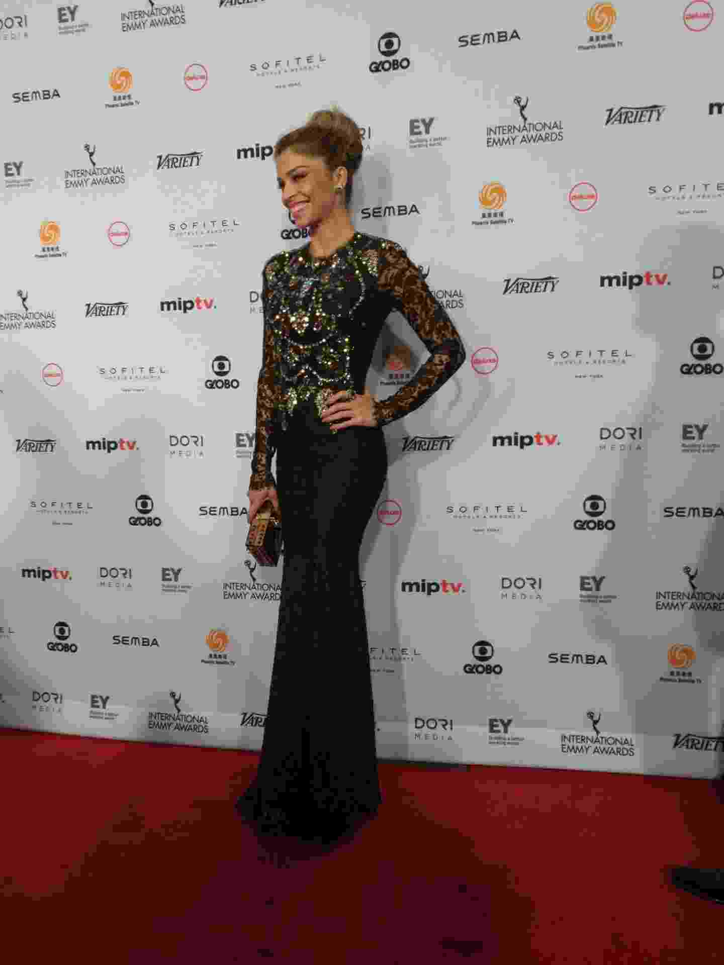21.nov.2016 - Indicada ao prêmio de melhor atriz, Grazi Massafera posa para fotos no tapete vermelho do Emmy Internacional - Divulgação/EmmyInternacional