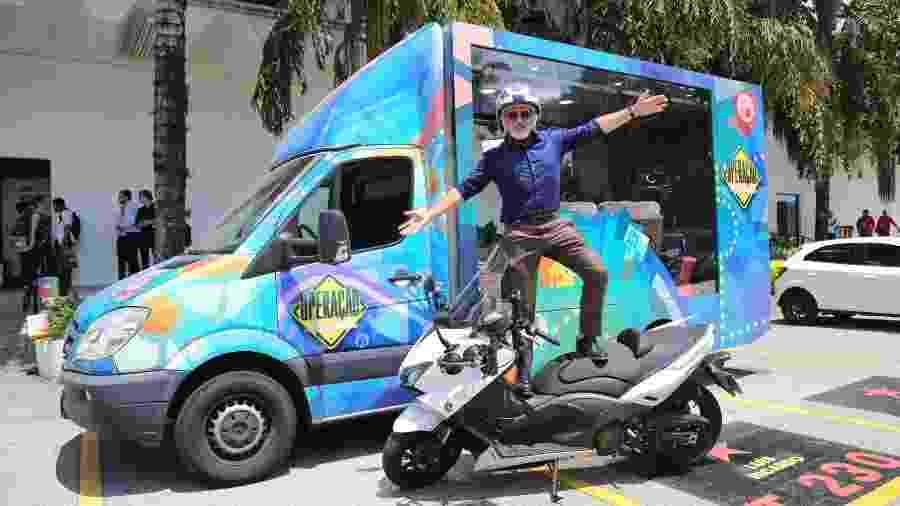 """No SBT, Otávio Mesquita posa com caminhão e moto que usará em seu novo programa, """"Operação Mesquita"""" - Deividi Correa/AgNews"""