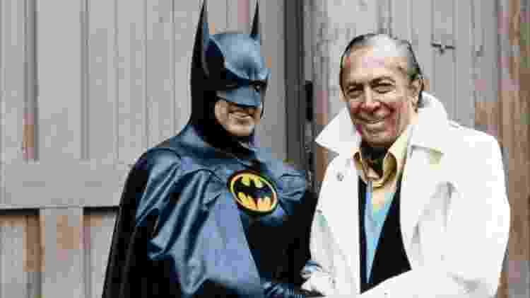 """Bob Kane e Michael Keaton nos bastidores de """"Batman"""", de 1989 - Reprodução"""