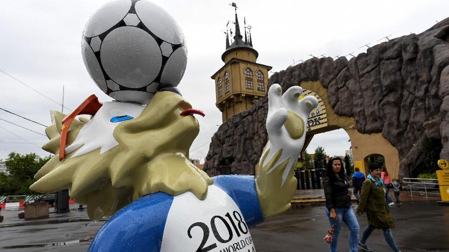 Estátua de Zabivaka, mascote da Copa do Mundo da Rússia 2018, na entrada do zoológico de Moscou - Kirill Kudryavtsev/AFP