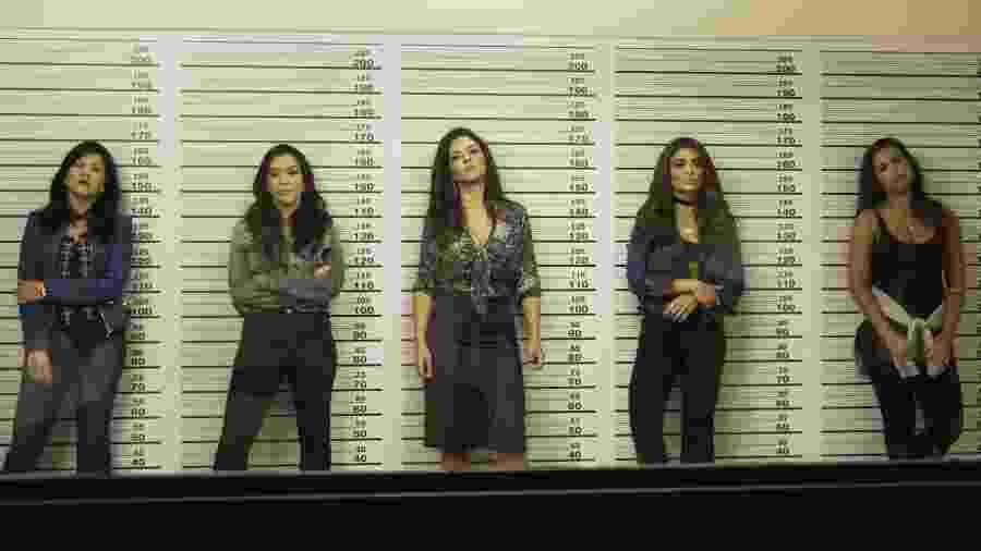 Bibi (Juliana Paes) é levada para a sala de reconhecimento da delegacia, onde fica junto com outras mulheres. Ela acaba não sendo reconhecida pelo frentista do posto de gasolina  - Divulgação/TV Globo