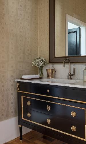 Caso o lavabo tenha algum contato com a água, a dica da In House Designer de Interiores é adotar papeis de parede de vinil, resistentes e simples de manter. As designers ainda usaram um espelho com borda diferente para arrematar o visual sofisticado