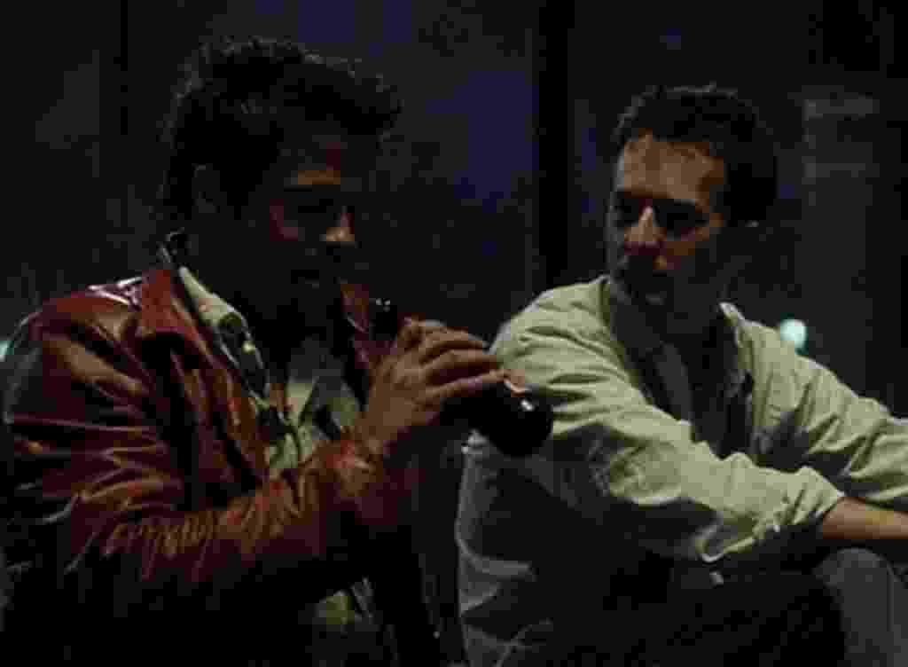 """Brad Pitt e Edward Norton em cena em """"Clube da Luta"""" (1999) - Divulgação"""