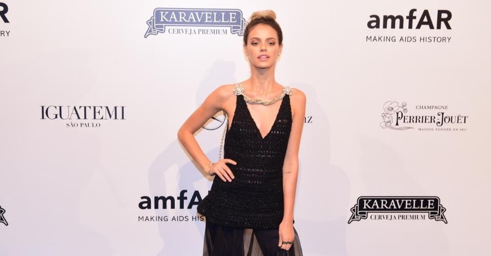 A atriz Laura Neiva também aderiu ao pretinho nada básico