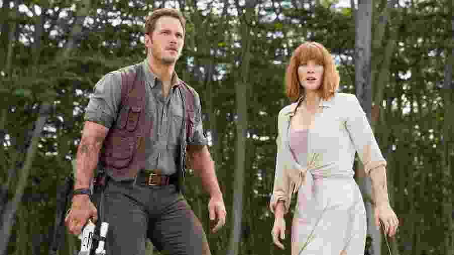 """Bryce Dallas Howard (à dir.) com Chris Pratt em cena de """"Jurassic World"""" - Divulgação"""
