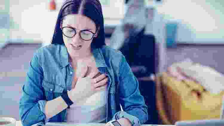 O excesso de ansiedade pode gera sintomas físicos como palpitação, dor no peito e falta de ar - iStock