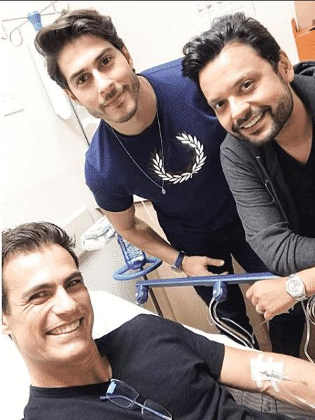 Carlos Casagrande no hospital ao lado de dois amigos - Reprodução/Instagram