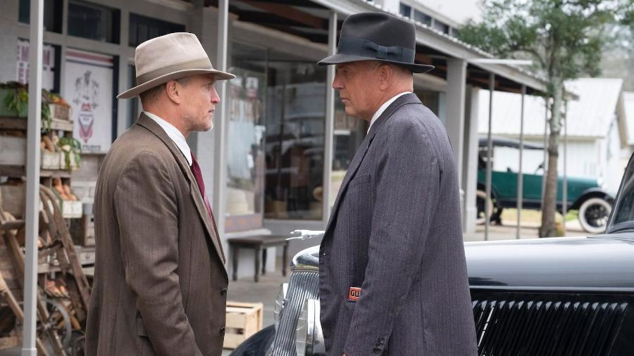 "Woody Harrelson e Kevin Costner em cena de ""The Highwaymen"" - Reprodução/Twitter"