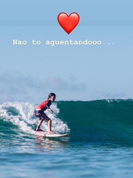 Kauai, filho de Danni Suzuki pegando onda - Reprodução / Instagram