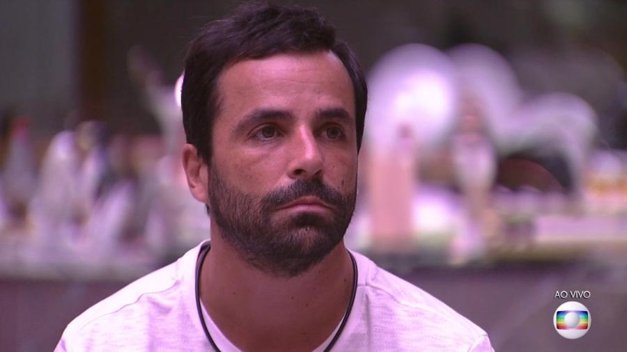 Vinicius escuta Tiago Leifert falar sobre o super paredão - Reprodução/TvGlobo