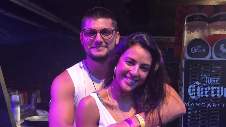 Os atores Bruno Gissoni e Yanna Lavigne em camarote em Salvador - Felipe Pinheiro/UOL