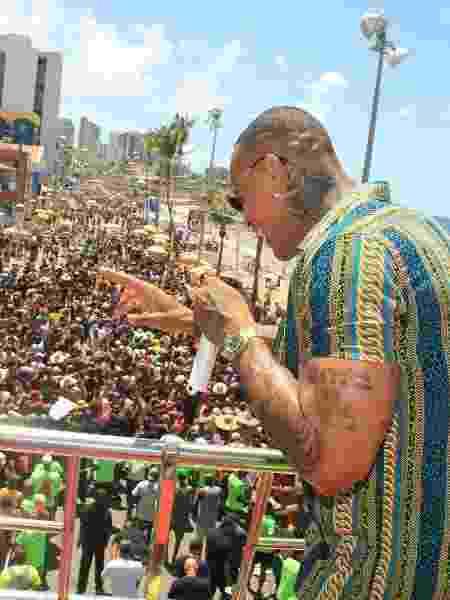 Léo Santana comanda o trio durante o Arrastão, em Salvador, na Quarta-Feira de Cinzas - JC Pereira /  AgNews