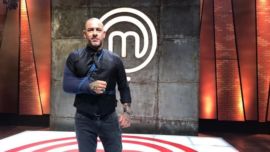 """O chef Henrique Fogaça surge de tipoia para gravar o """"MasterChef"""" - Felipe Pinheiro/UOL"""