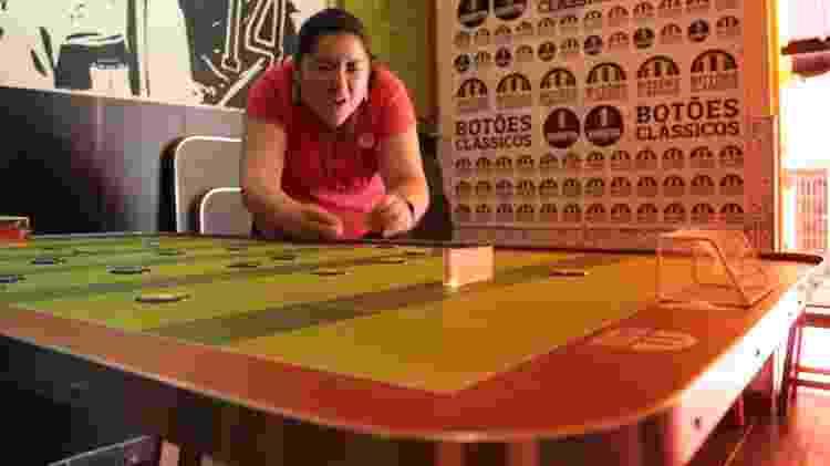 Intimidade com palheta é importante para ter um bom jogo no futebol de mesa - Natália Eiras/UOL
