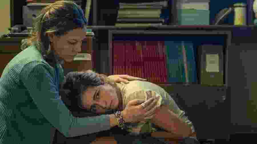 A professora Sonia (Hermila Guedes) tenta ajudar Rita (Nanda Costa), que tomou um abortivo - Globo/Divulgação