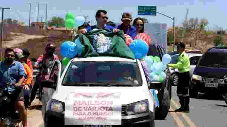Maílson Furtado desfila em carro após ganhar o Prêmio Jabuti - Baldo Feitosa - Baldo Feitosa