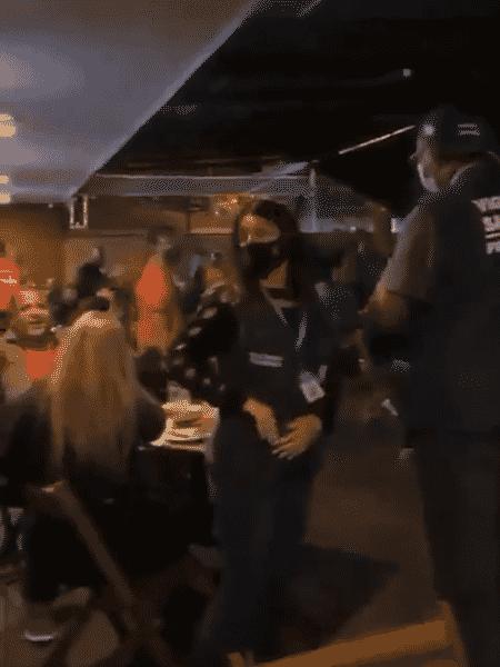 Agentes da vigilância sanitária foram alvos de protesto em bar - Reprodução/Twitter