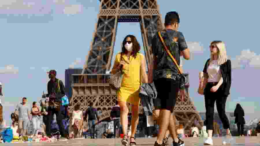 Parisienses passeiam em frente à Torre Eiffel - NurPhoto via Getty Images